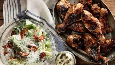 Grillade kycklingben med kaprismajonnäs och bacon