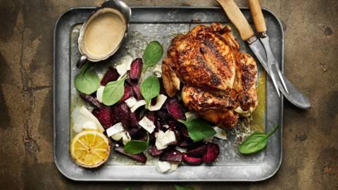 Helstekt kyckling med rödbetor, getost & timjan