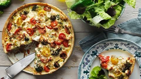 Broccolipaj med fårost & tomat