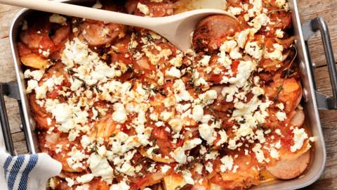 Fetaostgratinerad falukorvslåda med rotsaker och tomatsås