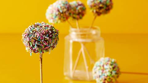 Cake pops med choklad och strössel