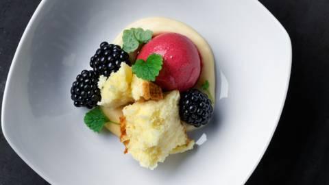 Hallonsorbet med vaniljpudding, saffransbrynt sockerkaka, björnbär och citronmeliss