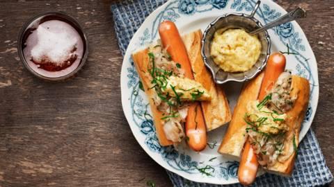 Kokt Wienerkorv i baguette med snabb surkål, senap och lökmajonnäs