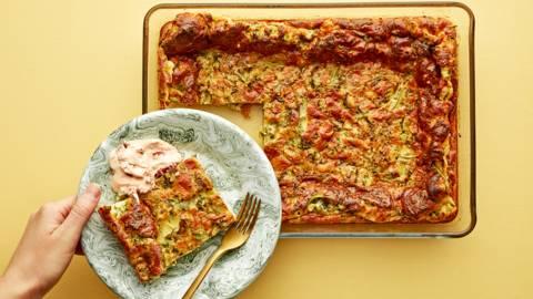 Ugnspannkaka med grönkål och soltorkad tomatröra