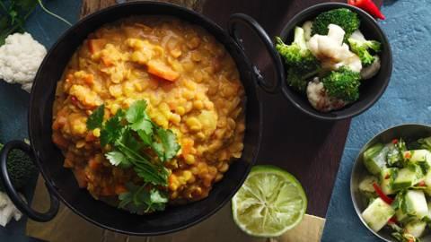 Indisk linsgryta med råstekt blomkål & broccoli, serverad med en syrlig gurksallad