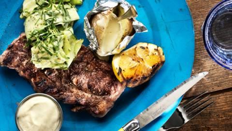 Grillkarré med getostkräm, marinerad zucchinisallad och bakad potatis
