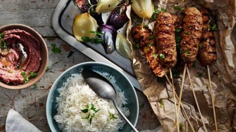 Grillade färsspett med kidneybönsröra, ris och rökt lök