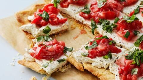 Paj med färskost och tomat- och jordgubbssalsa