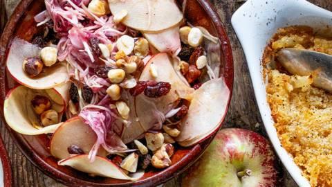 Äppelsallad med rostade hasselnötter