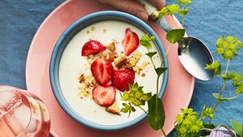 Koldskål med färska jordgubbar och mandelkakor