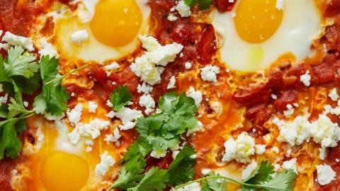 Shakshuka med ägg, koriander och fetaost