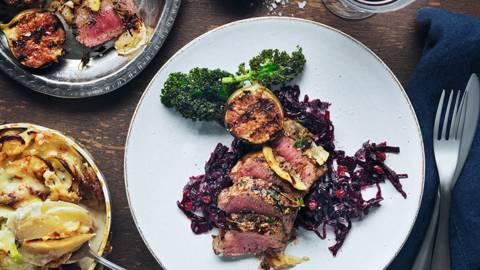 Grillad lammytterfilé med rödkålschutney och gorgonzolasmakande gratäng