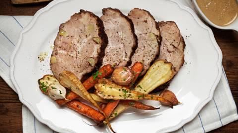 Vitlöksspäckad fläskkarré med rostad potatis & grönsaker