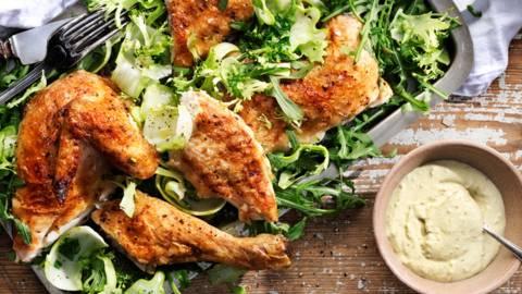 Helgrillad svensk kyckling med krämig pesto