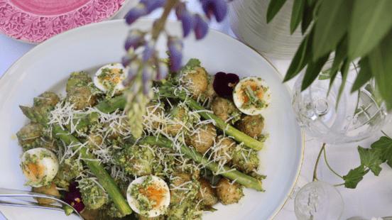 Potatissallad med dillpesto, ägg och sparris