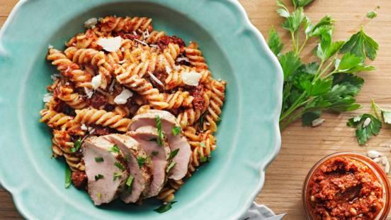Snabb pasta med pesto på soltorkade tomater och fläskfilé