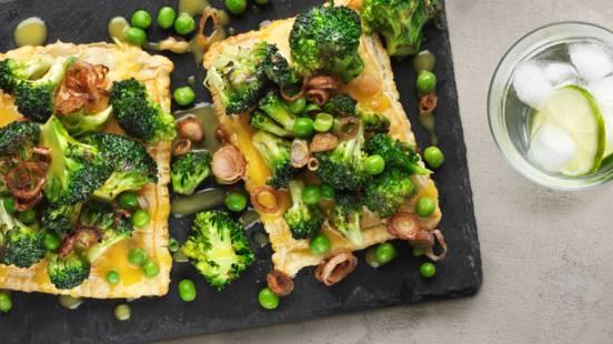 Broccoli med apelsinsmörsås, gröna ärtor och krispig lök