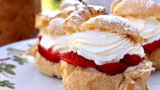 Petit choux med basilikakräm och jordgubbar