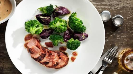 Grillad skinkrulle med knaprig bacon, örtsås , broccoli och knipprödbetor