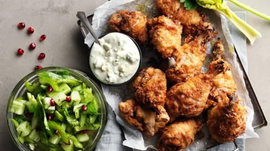 Friterad kyckling med sellerisallad och blue cheese dip