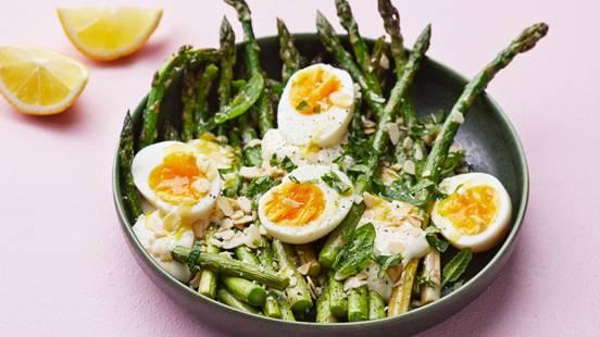 Sparris med ricotta och lättkokt ägg