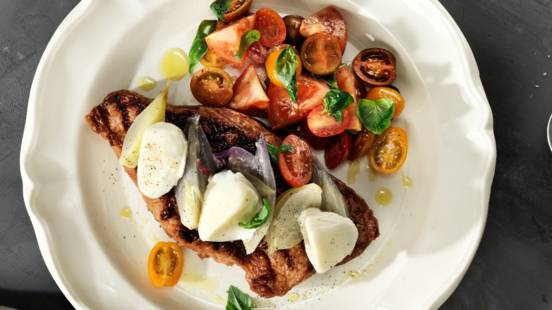 Ryggbiff med ljummen mozzarella, brynt smör och tomatsallad caprese