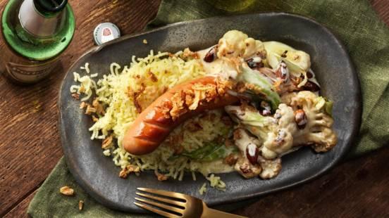 Grillkorv med stuvad blomkål, rostad mandel och lök samt pressad potatis
