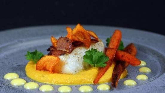 Smörstekt torskrygg med knaperstekt bacon, variation på morot med hollandaisesås