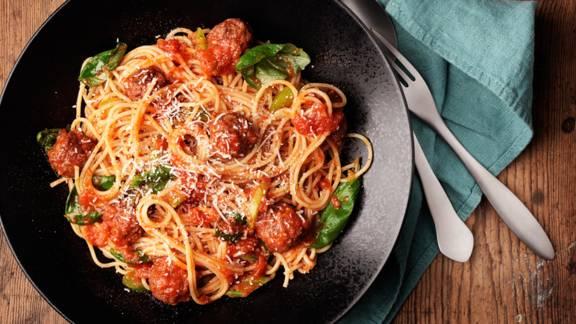 Köttbullar med spaghetti och tomatsås