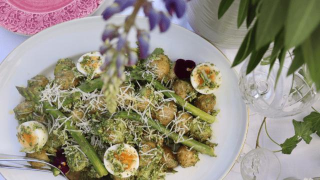 Potatissallad med dillpesto ägg och sparris