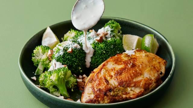 Citronkyckling med broccolisallad och krämig blåmögeldressing