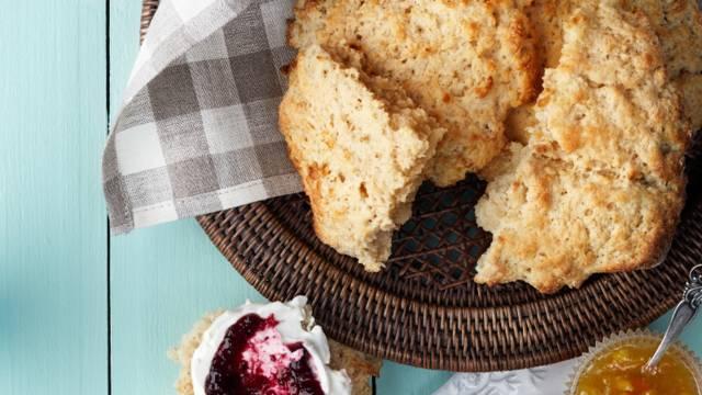 Scones på vaniljyoghurt med marmelad och färskost