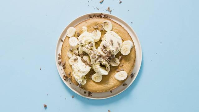 Cookie dough-tårta med vaniljglass, banan och choklad