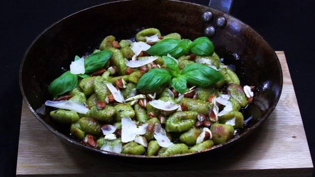 Basilikagnocchi med örtolja och rostade mandlar