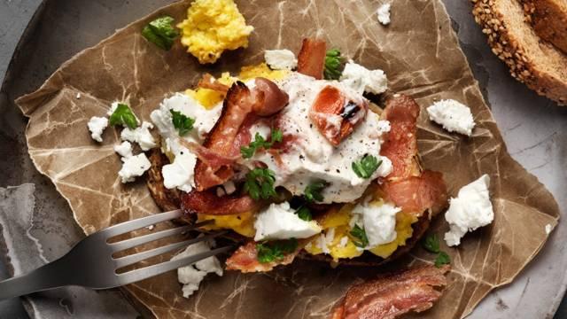 Fullkornstoast med ägg, bacon, feta och yoghurt