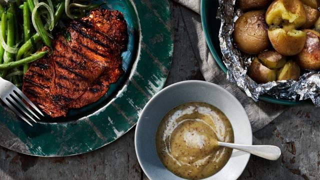Anchokryddade grillskivor med bönsallad, picklad lök och bakad potatis