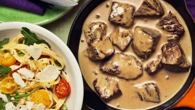 Nötytterlår i grönpepparsås, tagliatelle, bakade tomater, ruccola och parmesan