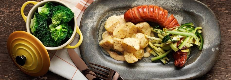 Grillkorv med syrligt äpple och senapsstuvad potatis