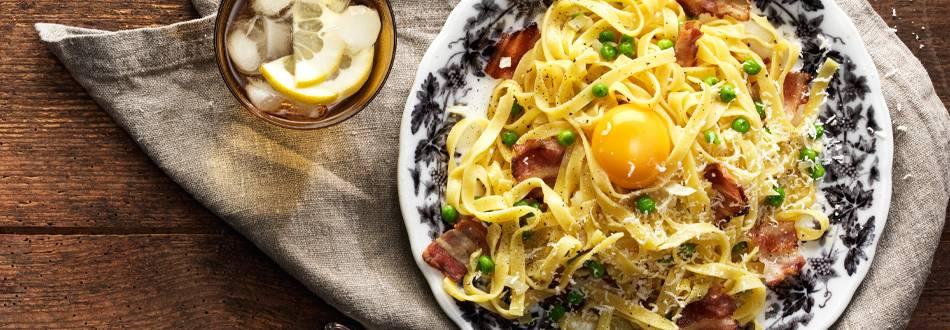 Pasta Carbonara med bacon, äggula, parmesan och gröna ärtor