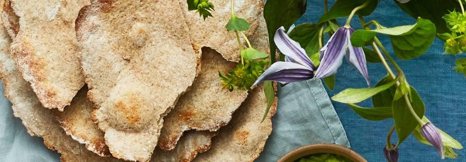 Hemgjort knäckebröd med grönärtsröra