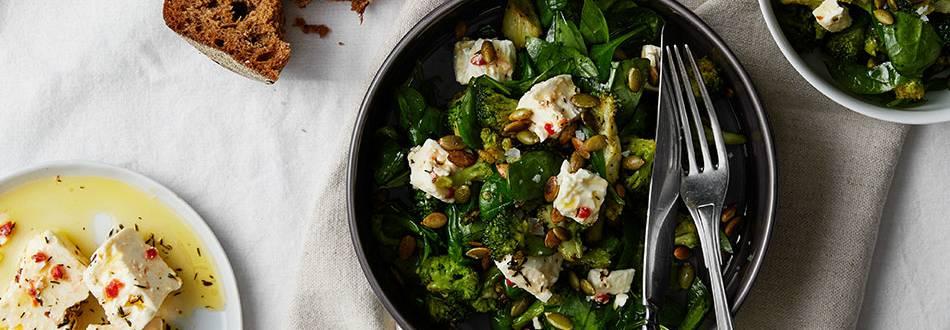 Rostad broccolisallad med chilimarinerad fetaost