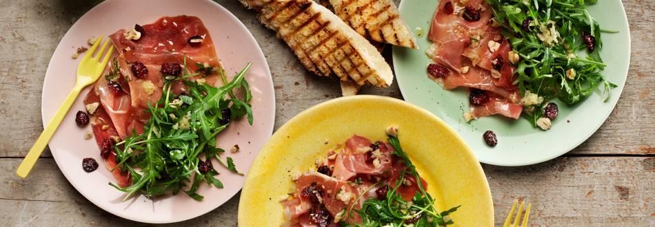 Serranoskinka med sallad, hasselnötter & brynt smör