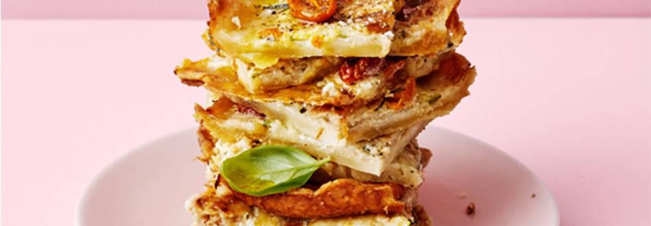Zucchini- och tomatpaj med karamelliserad lök