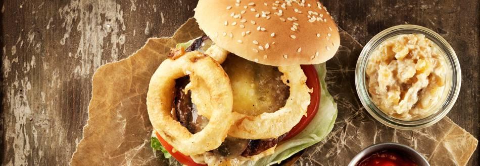 Swedish burger med äppeldressing och lökringar