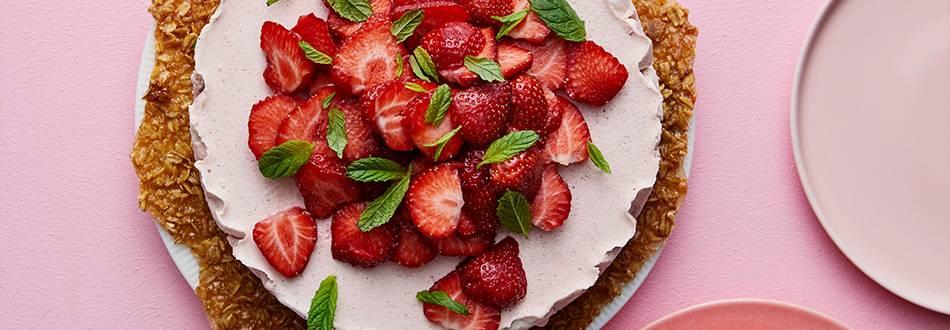 Fryst jordgubbsmousse-tårta på knäckflarnsbotten