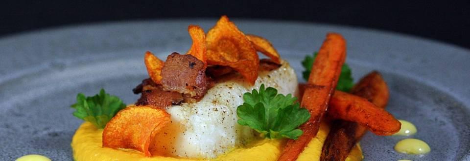 Smörstekt torskrygg med knaperstekt bacon, variation på morot och variation på morot